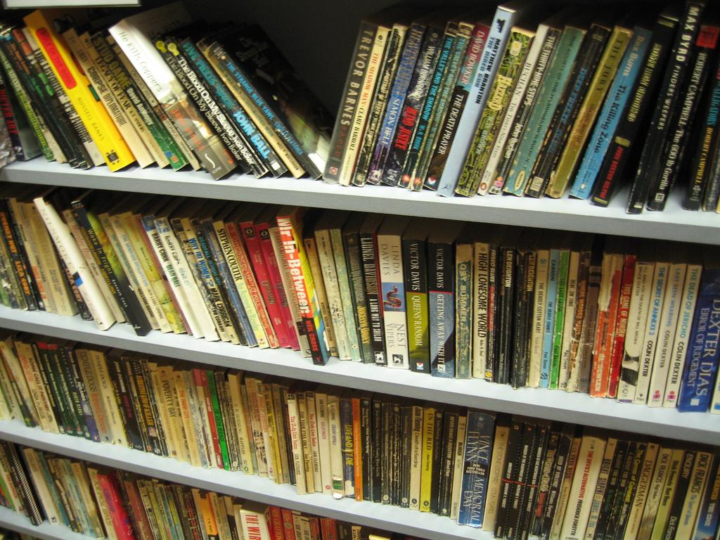 Libreria Per Libri Pesanti come organizzare una libreria in casa?